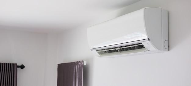 Climatiseur sur fond intérieur de salle de mur blanc