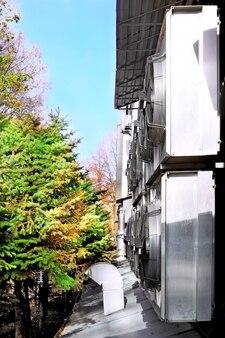 Climatiseur industriel sur le bâtiment.