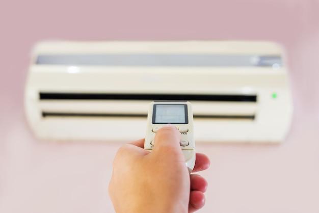 Climatiseur à l'intérieur de la chambre avec panneau de commande femme climatiseur avec télécommande