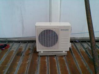 Climatiseur sur le toit rouillé