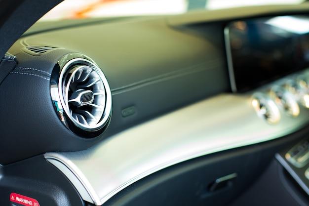 Climatiseur de voiture. intérieur de voiture de luxe