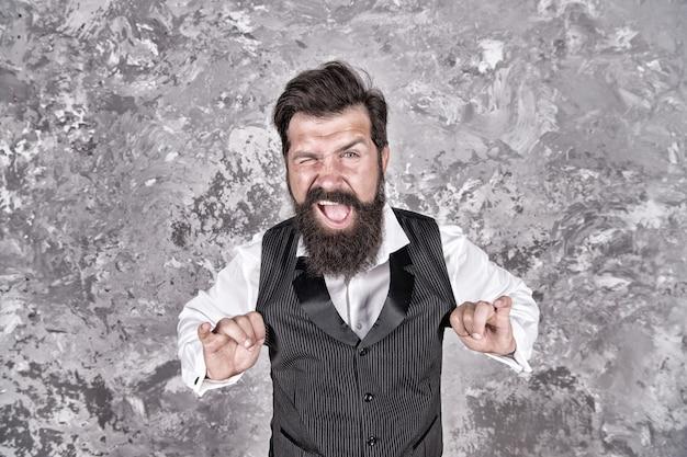 Clin d'oeil amical. clin d'oeil homme caucasien sur mur abstrait. hipster caucasien apprécie la danse juive. homme barbu avec de longs cheveux de barbe sur le visage caucasien. type européen caucasien ou juif, filtre vintage.