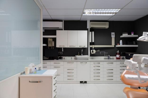 Clinique dentaire intérieure avec mur gris foncé.