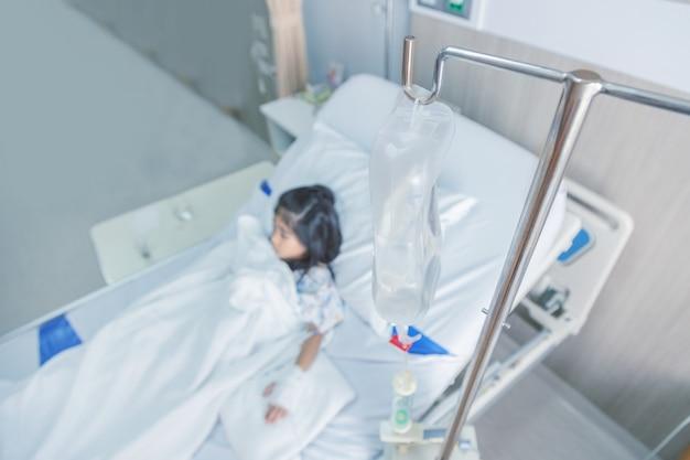 Clinique guérir l'enfant fluides intraveineux à sang