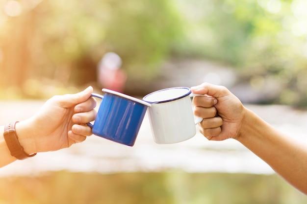 Clink met une tasse de café ensemble