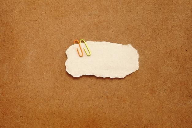 Clip en métal coloré tuck sur papier cercle brun