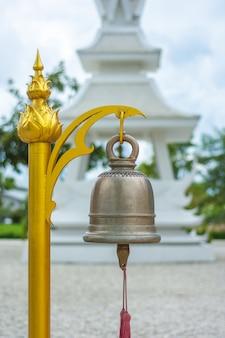 La cloche au wat rong khun, chiang rai, thaïlande