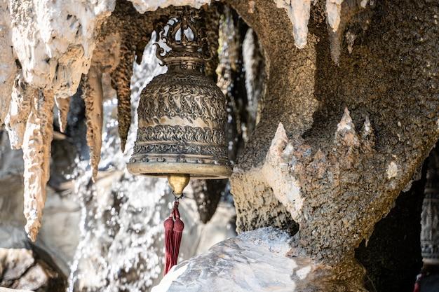 Cloche du temple blanc de chiang rai en thaïlande