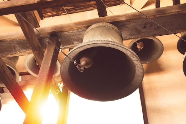 Cloche d'église vintage sous la vieille église chrétienne de tour en thaïlande