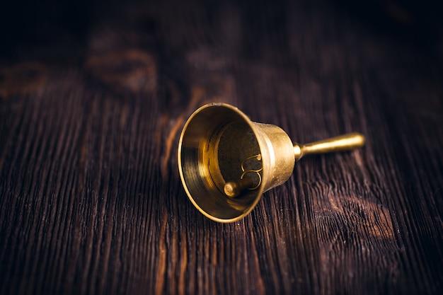 Cloche à main en laiton antique