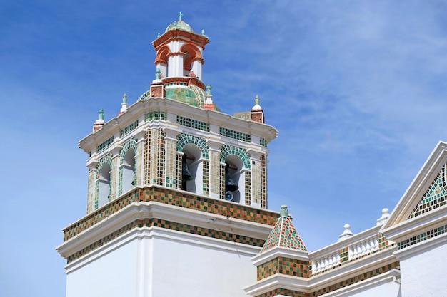 Clocher de la basilique notre-dame de copacabana, copacabana, bolivie, amérique du sud