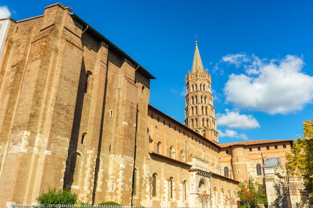 Le clocher de la basilique saint sernin, toulouse, france