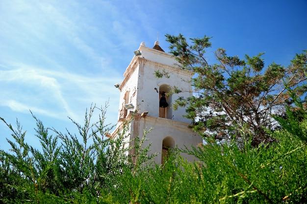 Clocher de l'église saint-lucas dans la ville de toconao, san pedro de atacama, chili