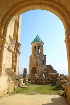 Clocher historique de la cathédrale de bagrati à kutaisi city, géorgie
