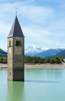 Clocher inondé (en 1950) à reschensee (italie, église au xive siècle)