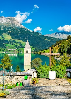 Clocher submergé de curon et un cimetière à graun im vinschgau sur le lac reschen au tyrol du sud, italie