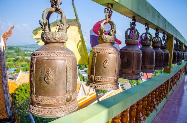 Cloches de bouddha suspendus à l'église