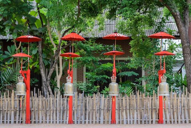 Cloches bouddhistes avec parapluie rouge à chiang mai, thaïlande