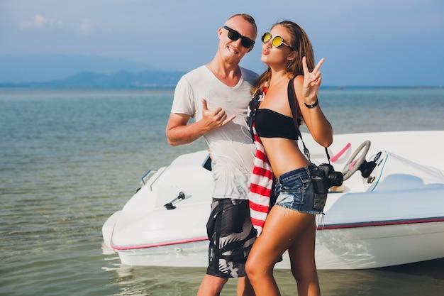 Cloe up hands of hipster couple amoureux en vacances femme et homme été vacances tropicales en thaïlande voyageant en bateau en mer, fête sur la plage, les gens s'amusent ensemble, corps mince sexy
