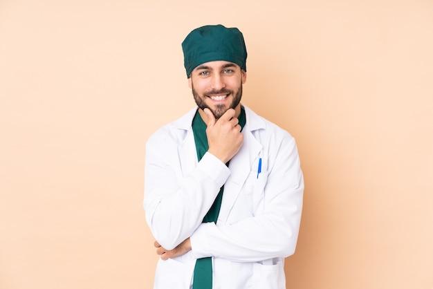 Cloes up sur l'homme chirurgien isolé en riant
