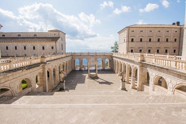 Cloître et balcon de l'abbaye de montecassino, en reconstruction après la seconde guerre mondiale