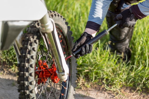 Close-up active rider contrôle la pression des roues