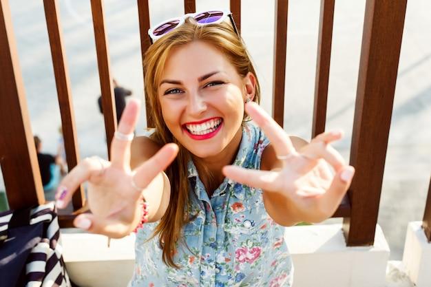 Close-up d'adolescent heureux montrant ses dents blanches