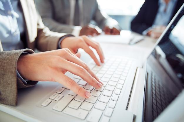 Close-up d'affaires à taper sur un clavier d'ordinateur