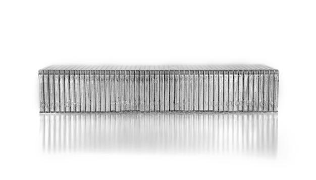 Close-up d'agrafes pour agrafes isolé sur fond blanc