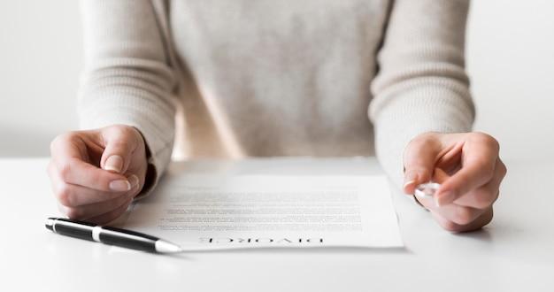 Close-up alliance de mariage et contrat de divorce