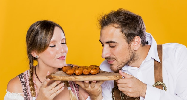 Close-up amis bavarois tenant des saucisses