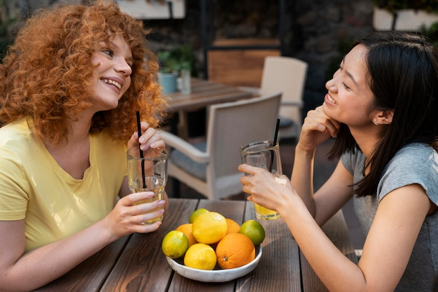 Close up amis discutant à table