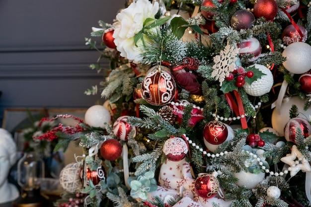 Close up arbre de noël décoré
