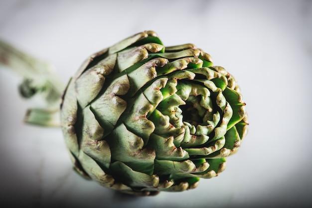 Close-up d'artichaut frais sur fond blanc