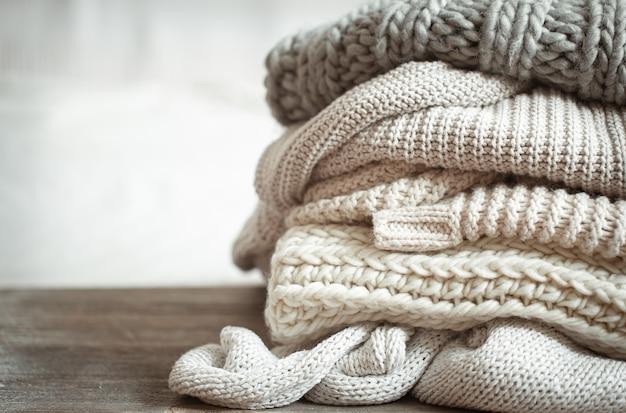 Close up d'articles tricotés soigneusement pliés de couleur pastel
