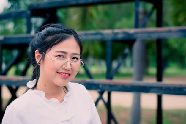 Close-up asiatique portrait d'une belle fille vêtue d'une robe blanche en été.