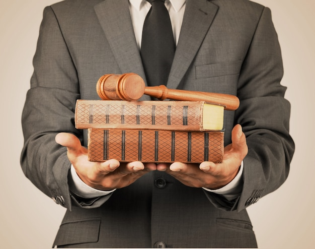 Close up avocat avec juge gavel et livres