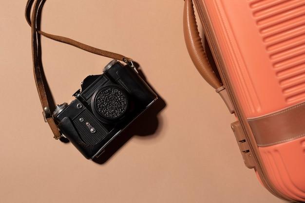 Close up bagages préparés pour les voyages avec appareil photo