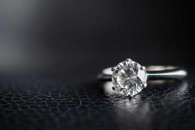 Close up bague en diamant sur cuir noir