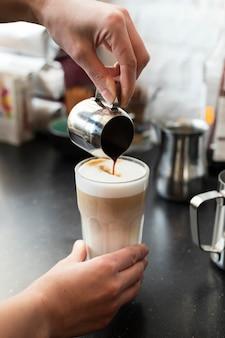 Close up barista prépare une boisson