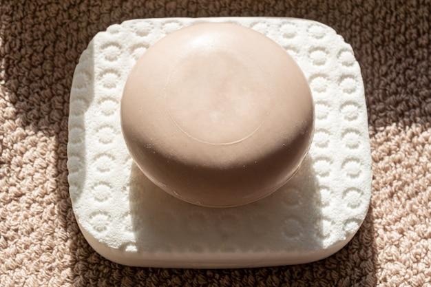 Close up de barre de savon se trouve sur une serviette