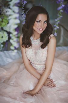 Close-up beauté mode portrait d'une belle jeune femme en robe romantique