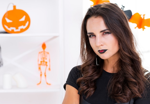Close-up belle femme prête pour halloween