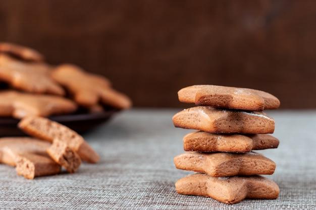 Close up de biscuits au pain d'épice pour noël