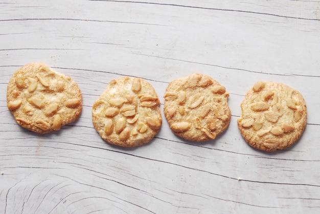 Close up de biscuits aux arachides sur table en bois