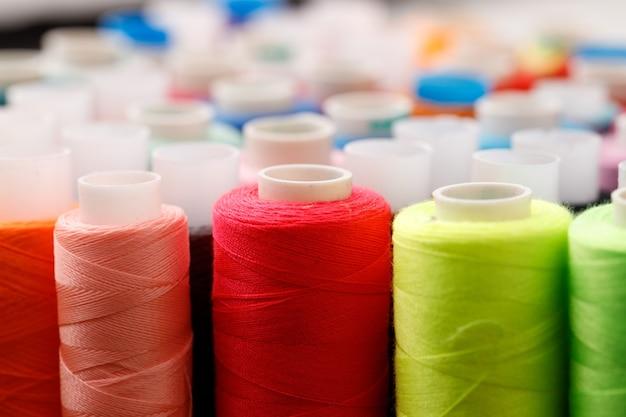 Close up de bobines de fil de couleur fond de bobines de fil