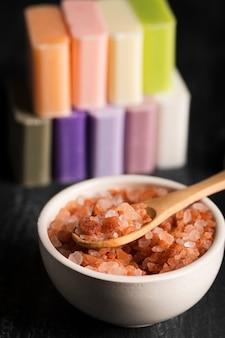Close-up bol avec du sel minéral et du savon