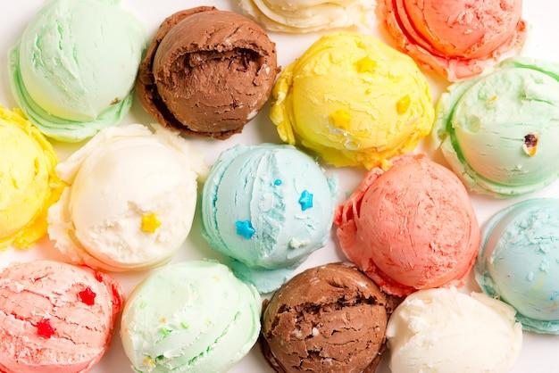 Close-up boules colorées de crème glacée maison fraîchement préparée