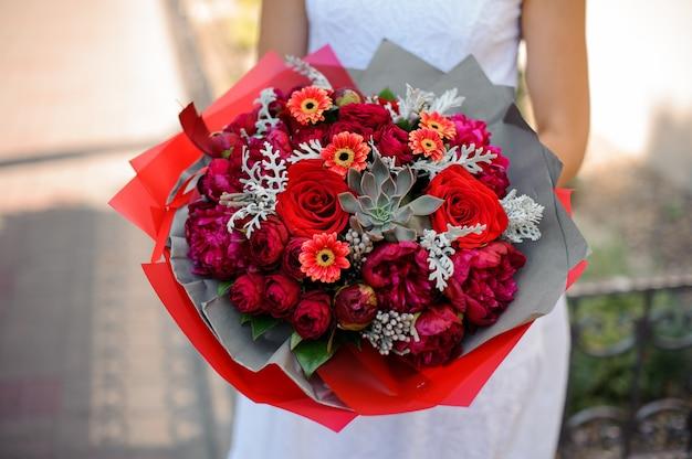 Close-up de bouquet lumineux. la combinaison de pivoines, de roses et de plantes succulentes