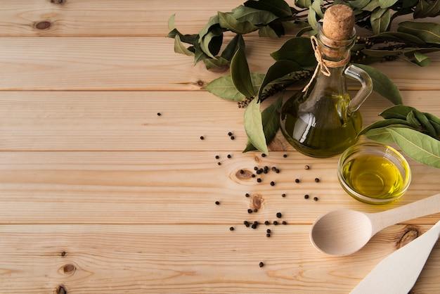 Close-up bouteille d'huile d'olive avec espace de copie